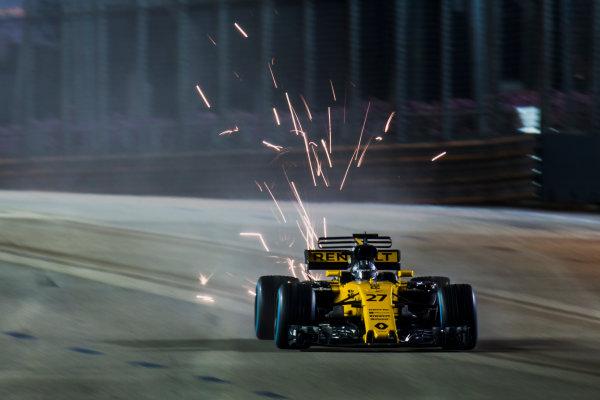 Marina Bay Street Circuit, Marina Bay, Singapore. Sunday 17 September 2017. Nico Hulkenberg, Renault R.S.17, kicks up sparks. World Copyright: Zak Mauger/LAT Images ref: Digital Image _X0W5890