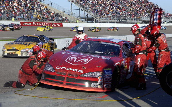 Race winner Bill Elliott (USA), Dodge Dealers, makes a pit stop.
