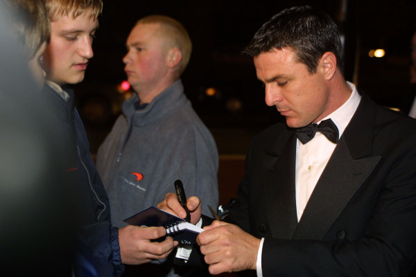 2000 Autosport Awards. Grovesnor House Hotel, Park Lane, England. 3 December 2000. Mark Blundell signs an autograph, portrait.  World Copyright: Matt Jennings / LAT Photographic. Ref: Colour Transparency.