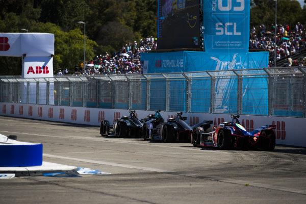 Sébastien Buemi (CHE), Nissan e.Dams, Nissan IMO1 leads Sam Bird (GBR), Envision Virgin Racing, Audi e-tron FE05 and Pascal Wehrlein (DEU), Mahindra Racing, M5 Electro