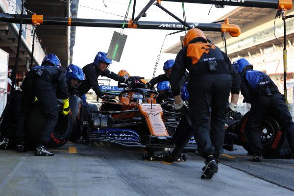 Carlos Sainz Jr, McLaren MCL34 pit stop