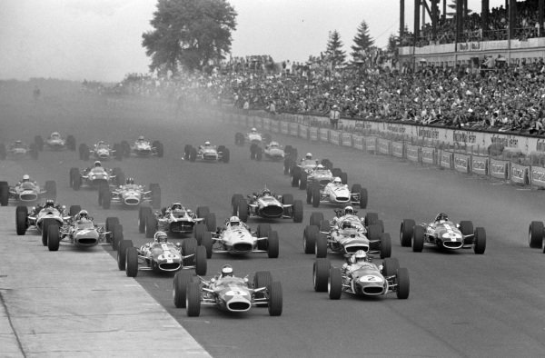 Jim Clark, Lotus 49 Ford, leads Denny Hulme, Brabham BT24 Repco, and Bruce McLaren, Eagle T1G Weslake, at the start.