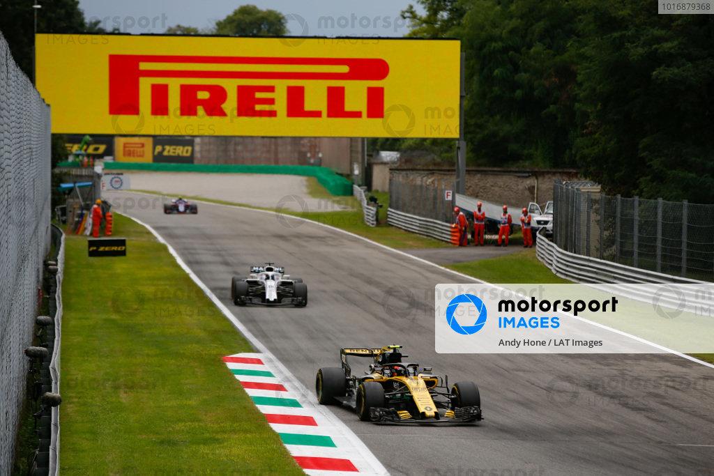 Carlos Sainz Jr., Renault Sport F1 Team R.S. 18, leads Lance Stroll, Williams FW41 Mercedes.