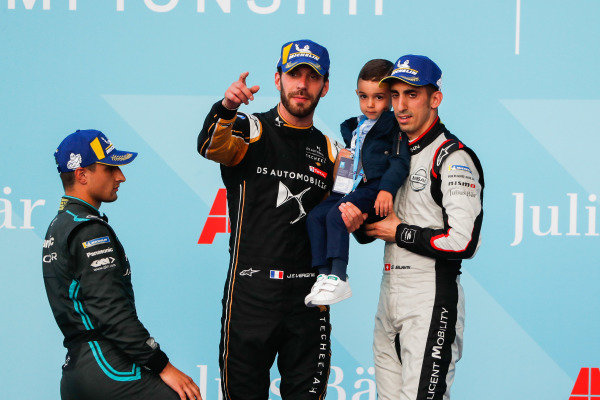 Race winner Jean-Eric Vergne (FRA), DS TECHEETAH on the podium with Mitch Evans (NZL), Panasonic Jaguar Racing, 2nd position, and Sébastien Buemi (CHE), Nissan e.Dams, 3rd position, with son Jules