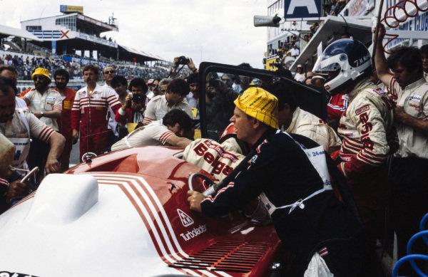 Bob Wollek / Jean-Michel Martin / Philippe Martin, Belga Team - Joest Racing, Porsche 936, driver change and refuelling in the pits.