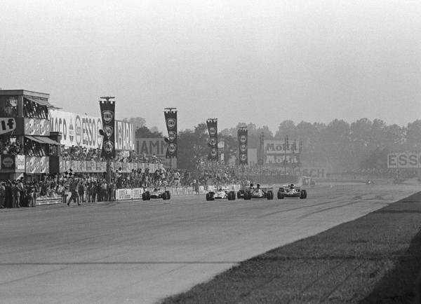 The Flag is out. Peter Gethin(GBR) BRM P160 is just ahead of Ronnie Peterson(SWE), Francois  Cevert(FRA) and Mike Hailwood(GBR). They were only 18/100ths sec apart