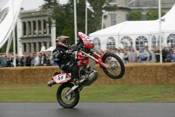 2006 Goodwood Festival of Speed.Goodwood Estate, West Sussex. 7th - 9th July 2006.Mike Extance wheelies his Honda XR650 Paris-Dakar.World Copyright: Gary Hawkins/LAT Photographic.ref: Digital Image Only.