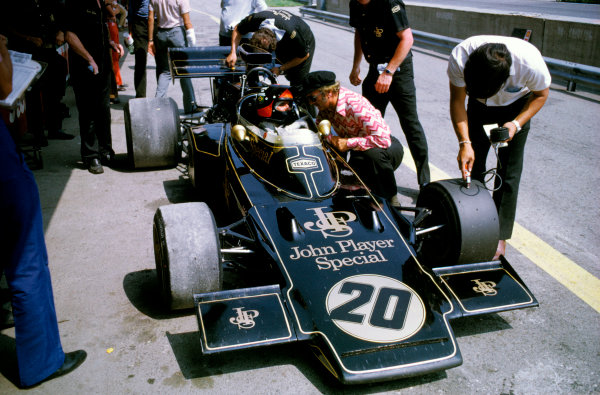 Osterreichring, Zeltweg, Austria.11-13 August 1972.Emerson Fittipaldi (Lotus 72D Ford) 1st position chats with team boss Colin Chapman.Ref-72 AUT 62.World Copyright - LAT Photographic