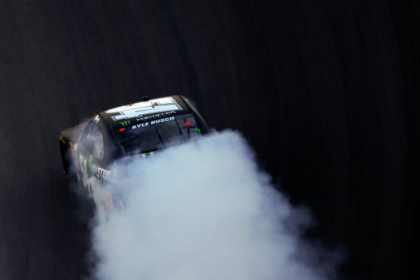 13-14 November, 2015, Avondale, Arizona USA Kyle Busch, Monster Energy Toyota Camry burnout ?2015, Michael L. Levitt LAT Photo USA