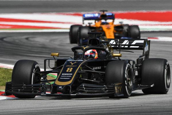 Romain Grosjean, Haas VF-19, leads Carlos Sainz Jr., McLaren MCL34