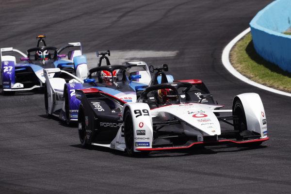 Pascal Wehrlein (DEU), Tag Heuer Porsche, Porsche 99X Electric, leads Maximilian Guenther (DEU), BMW I Andretti Motorsports, BMW iFE.21, and Jake Dennis (GBR), BMW I Andretti Motorsport, BMW iFE.21