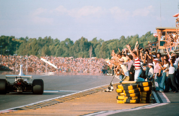 1975 Argentinian Grand Prix.Buenos Aires, Argentina.10-12 January 1975.Carlos Reutemann (Brabham BT44B Ford) takes the chequered flag for 3rd position as the home crowd goes wild.Ref-75 ARG 02.World Copyright - LAT Photographic