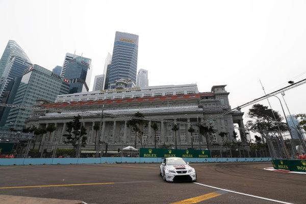 2015 TCR International Series Round 9. Marina Bay Circuit, Singapore. Friday 18 September 2015. Lorenzo Veglia, No.7 Liqui Moly Team Engstler. World Copyright: Sam Bloxham/LAT Photographic. ref: Digital Image _SBL6114