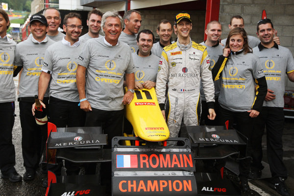Roman Grosjean (FRA) DAMS celebrates his title win with the team.