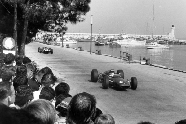 1966 Monaco Grand Prix.Monte Carlo, Monaco. 22 May 1966.Mike Spence, Lotus 33-BRM, retired, leads Richie Ginther, Cooper T81-Maserati, retired, action.World Copyright: LAT PhotographicRef: Motor b&w print