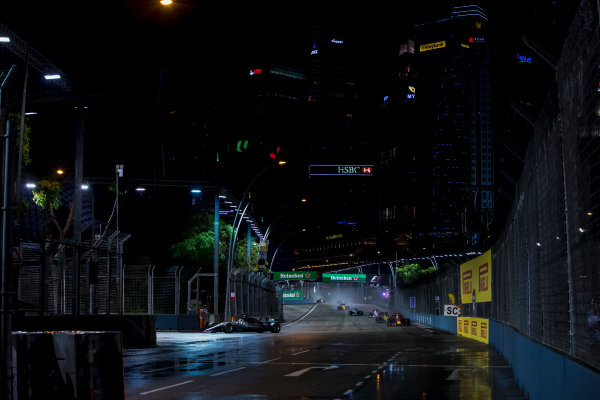 Marina Bay Street Circuit, Marina Bay, Singapore. Sunday 17 September 2017. Lewis Hamilton, Mercedes F1 W08 EQ Power+, leads Daniel Ricciardo, Red Bull Racing RB13 TAG Heuer, Nico Hulkenberg, Renault R.S.17, Sergio Perez, Force India VJM10 Mercedes and Valtteri Bottas, Mercedes F1 W08 EQ Power+ on the first lap. World Copyright: Zak Mauger/LAT Images ref: Digital Image _56I7644