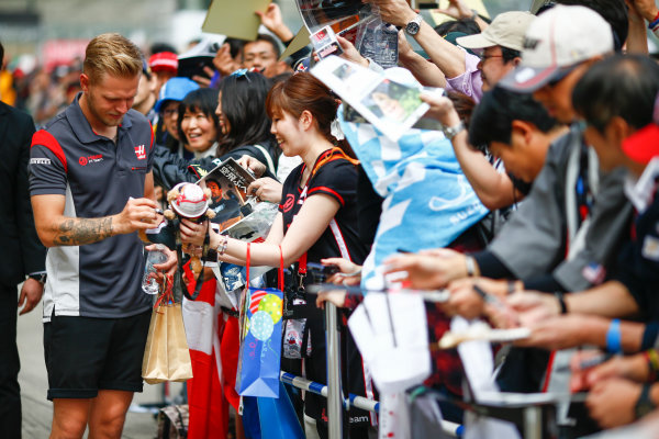 Suzuka Circuit, Japan. Thursday 05 October 2017. Kevin Magnussen, Haas F1, signs autographs for fans. World Copyright: Andy Hone/LAT Images  ref: Digital Image _ONZ0592