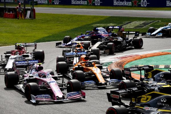 Nico Hulkenberg, Renault R.S. 19, leads Daniel Ricciardo, Renault R.S.19, Lance Stroll, Racing Point RP19, Carlos Sainz Jr., McLaren MCL34, Antonio Giovinazzi, Alfa Romeo Racing C38, Alexander Albon, Red Bull RB15, Kevin Magnussen, Haas VF-19, and the remainder of the field at the start