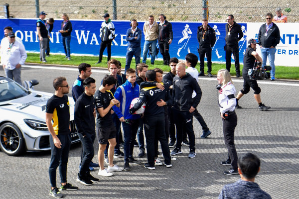 Mia Sharizman Renault Sport Academy Director, hugs Nyck De Vries (NLD, ART GRAND PRIX), with Louis Deletraz (CHE, CARLIN), Jack Aitken, Renault R.S. 19, Guanyu Zhou (CHN, UNI VIRTUOSI) and Luca Ghiotto (ITA, UNI VIRTUOSI)