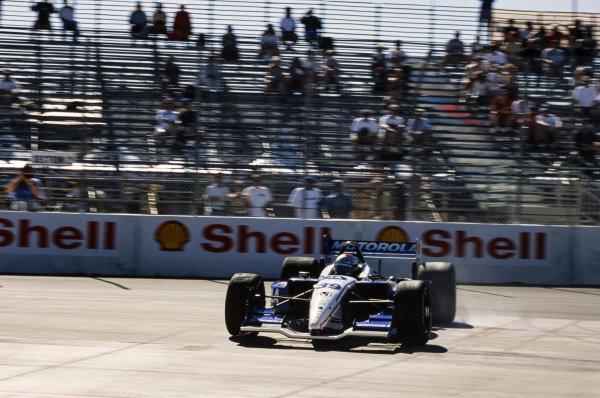 Michael Andretti, Team Motorola, Lola B02/00 Honda, spins.