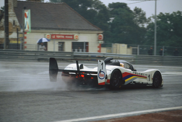 1992 Le Mans 24 Hours. Le Mans, France. 20th - 21st June 1992. Yannick Dalmas/Derek Warwick/Mark Blundell (Peugeot 905 Evo 1), 1st position, action. World Copyright: LAT Photographic. Ref:  92LM22.