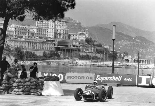 Monte Carlo, Monaco. 26-29 May 1960.Stirling Moss (Lotus 18-Climax), 1st position, action.World Copyright: LAT PhotographicRef: 29560B - 16