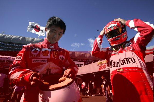 2006 Japanese Grand Prix - Saturday Practice Suzuka, Japan. 5th - 8th October 2006 Local Ferrari fans, atmosphere. World Copyright: Charles Coates/LAT Photographic. ref: Digital Image ZK5Y6416
