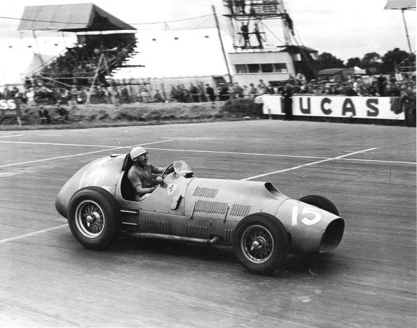 Silverstone, England.17-19 July 1952.Alberto Ascari (Ferrari 500) 1st position.Ref-Autocar C33004.World Copyright - LAT Photographic