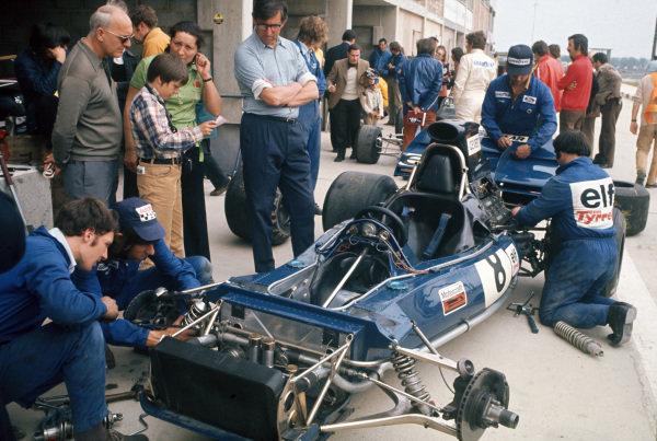 1972 Belgian Grand Prix.  Nivelles-Baulers, Belgium. 2-4th June 1972.  Mechanics work on François Cevert's Tyrrell 002 Ford, overseen by team boss Ken Tyrrell.  Ref: 72BEL46. World Copyright: LAT Photographic