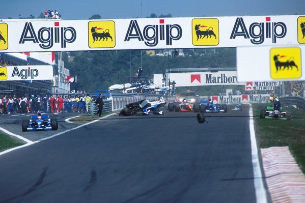 Ukyo Katayama (JPN) Tyrrell Yamaha 023, Crashes at the start of the race.