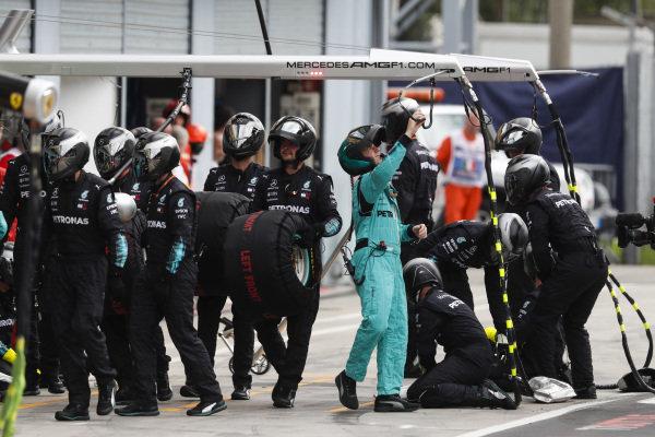 Il team Mercedes AMG F1 si prepara al pit stop.