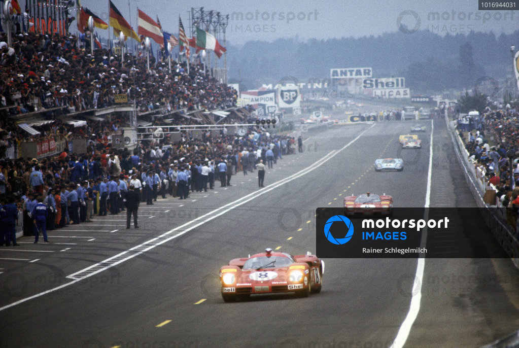 Arturo Merzario / Clay Regazzoni, SEFAC Ferrari, Ferrari 512 S, leads team-mate Nino Vaccarella / Ignazio Giunti and David Hobbs / Mike Hailwood, J. W. Automotive Engineering, Porsche 917K.