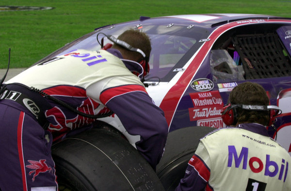 """Polesitter Jeremy Mayfield's crew changes front """"rubber"""" during a late race pitstop.NASCAR DieHard 500 at Talladega Superspeedway 16 April,2000 LAT PHOTOGRAPHIC-F Peirce Williams 2000"""