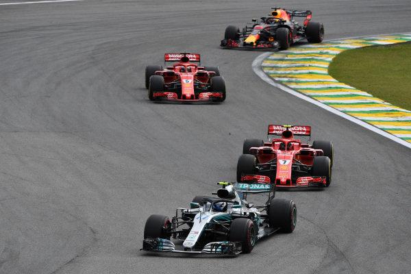 Valtteri Bottas, Mercedes-AMG F1 W09 EQ Power + vedie Kimi Raikkonen, Ferrari SF71H a Sebastian Vettel, Ferrari SF71H