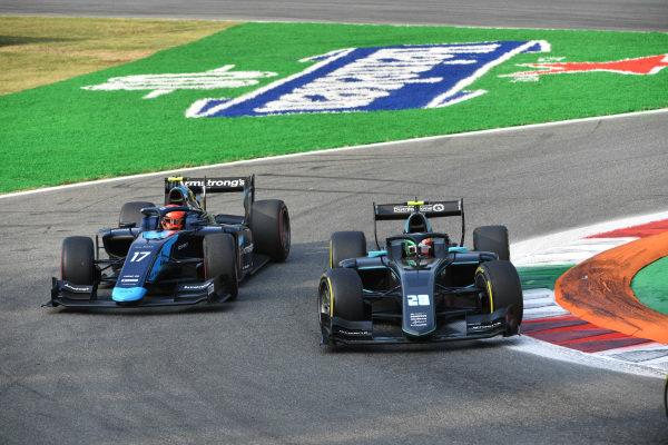 Marcus Armstrong (NZL, DAMS), battles with Alessio Deledda (ITA, HWA Racelab)