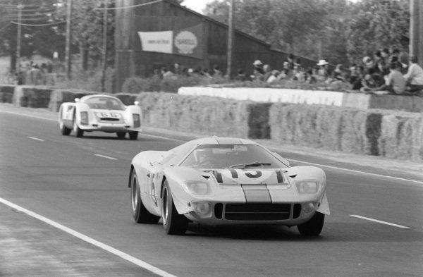 Brian Muir / Jacky Ickx, John Wyer Automotive Engineering, Mirage Mk1-Ford, leads Christian Poirot / Gerhard Koch, Christian Poirot, Porsche 906.