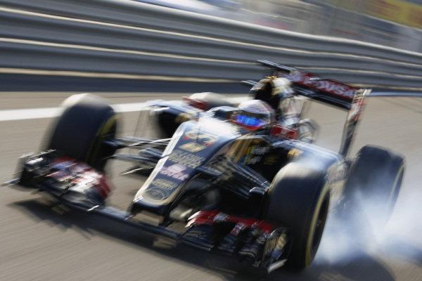 Romain Grosjean, Lotus E23 Hybrid Mercedes, locks up a tyre.