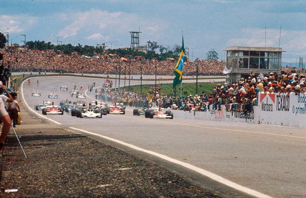 1974 Brazilian Grand Prix.Interlagos, Sao Paulo, Brazil.25-27 January 1974.Emerson Fittipaldi (McLaren M23 Ford) leads Carlos Reutemann (Brabham BT44 Ford) away at the start.Ref-74 BRA 03.World Copyright - LAT Photographic