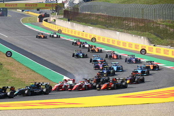 Frederik Vesti (DNK, PREMA RACING) and Oscar Piastri (AUS, PREMA RACING) in the pack at the start of the race