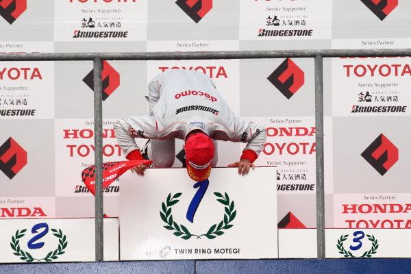 Rd,4 MOTEGI, Japan. 7th - 8th August 2010.Winner Loic Duval ( #1 DOCOMO TEAM DANDELION ) podium.World Copyright: Yasushi Ishihara/LAT Photographicref: 2010FN_R4_006