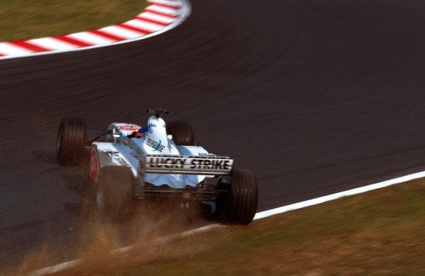 Suzuka, Japan.6-8 October 2000.Jacques Villeneuve (B.A R. 002 Honda) spins onto the grass.World copyright - LAT Photographic