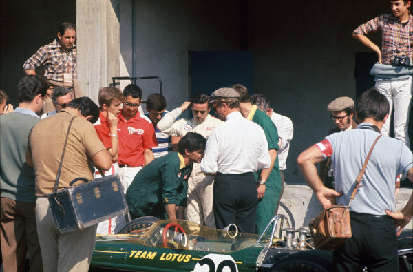 Monza, Italy. 8-10 September 1967.  Colin Chapman and Jim Clark (Lotus 49 Ford) in the pits.  Ref: 67ITA11. World Copyright: LAT Photographic