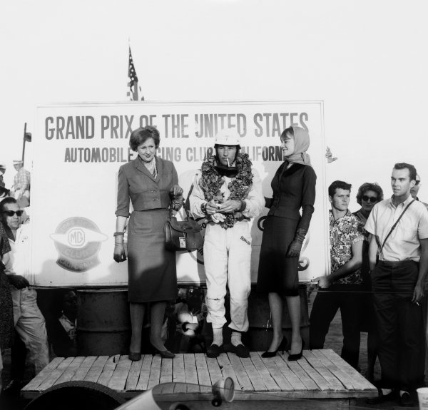 Riverside, California, USA. 18th - 20th November 1960.Stirling Moss (Lotus 18-Climax) 1st position, podium.World Copyright: LAT Photographic.Ref: 7443.