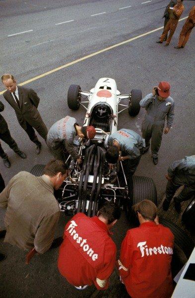 Honda and Firestone engineers prepare the Honda RA273 in the pits. Formula One World Championship, Rd3, Dutch Grand Prix, Zandvoort, Holland. 4 June 1967. BEST IMAGE
