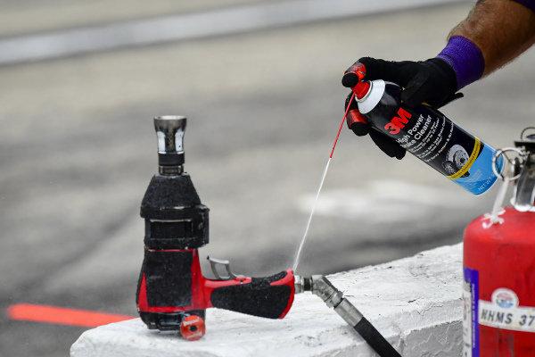#11: Denny Hamlin, Joe Gibbs Racing, Toyota Camry FedEx Office pit crew