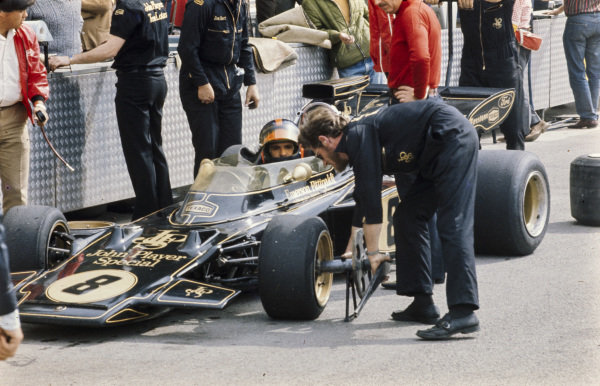 Emerson Fittipaldi, Lotus 72D Ford in the pits.