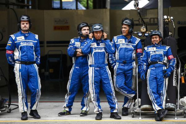Milestone Racing mechanics at Blancpain GT Series Asia, Rd9 and Rd10, Shanghai, China, 23-24 September 2017.