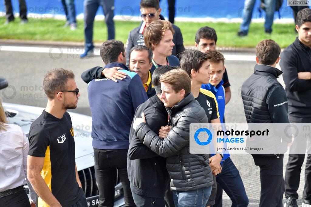 Mia Sharizman Renault Sport Academy Director, hugs Nicholas Latifi, with Louis Deletraz (CHE, CARLIN), Jack Aitken, Renault R.S. 19, Guanyu Zhou (CHN, UNI VIRTUOSI) and Luca Ghiotto (ITA, UNI VIRTUOSI)