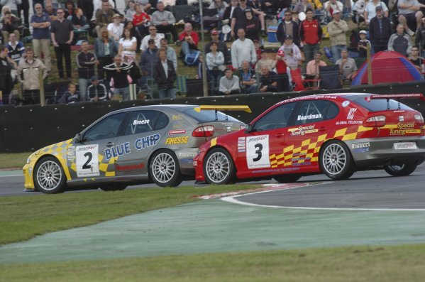 2005 Smartnav Seat Cupra ChampionshipSnetterton, England. 06 - 07 August.Carl Breeze, (Barwell Motorsport) leads Tom Boardman, (Triple R) in the early stages of the race. Action.World Copyright: Jeff Bloxham/LAT PhotographicRef: Digital Image Only