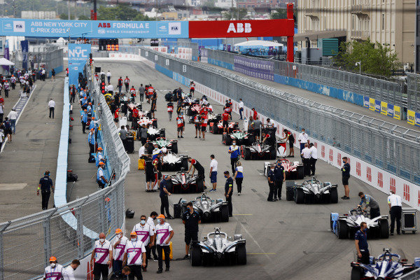 Mechanics begin to clear the grid for the start